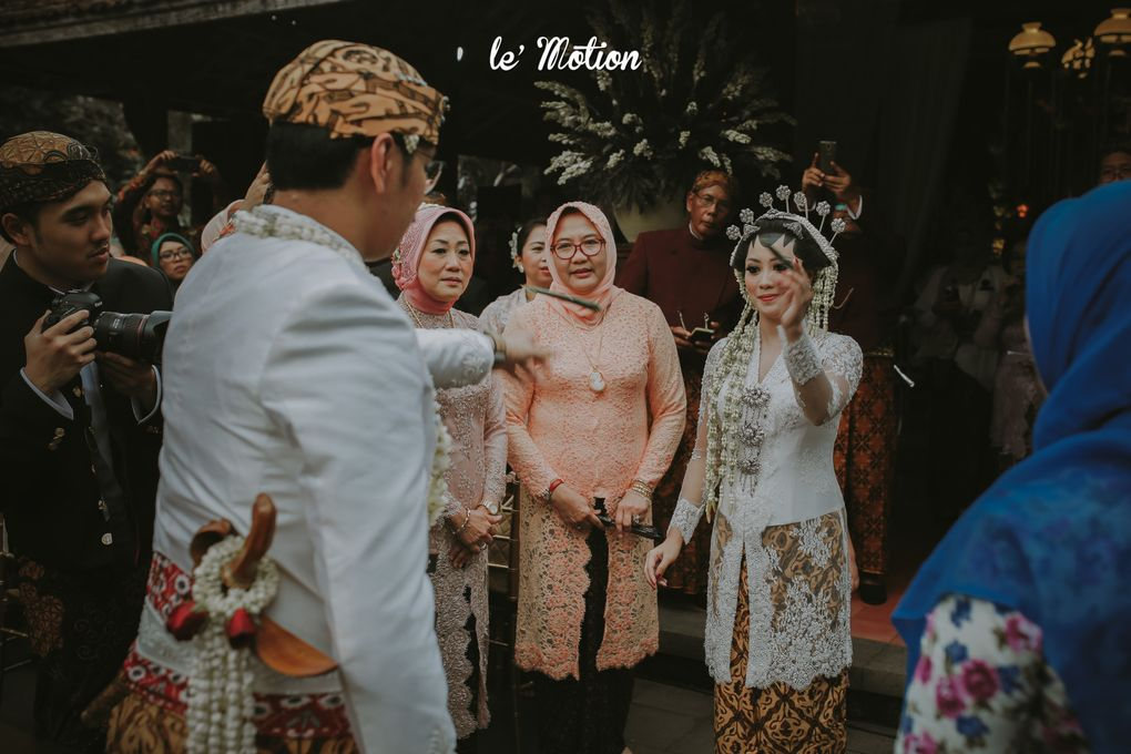 A Guide to Traditional Javanese Wedding Processions and the Meanings Behind Every Ritual Image 14