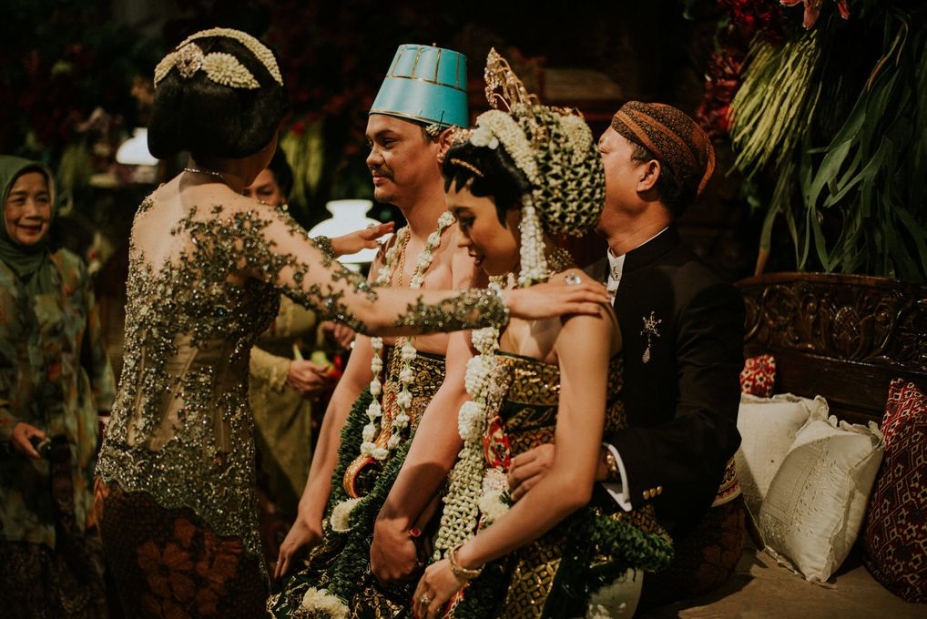 A Guide to Traditional Javanese Wedding Processions and the Meanings Behind Every Ritual Image 17