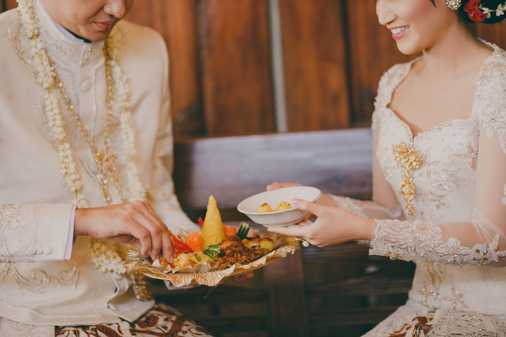 A Guide to Traditional Javanese Wedding Processions and the Meanings Behind Every Ritual Image 20