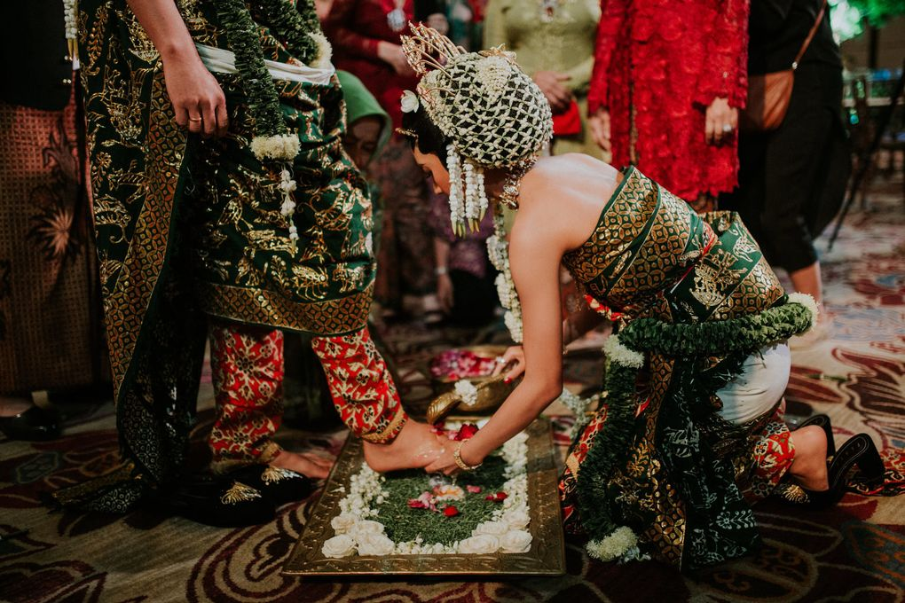 A Guide to Traditional Javanese Wedding Processions and the Meanings Behind Every Ritual Image 15