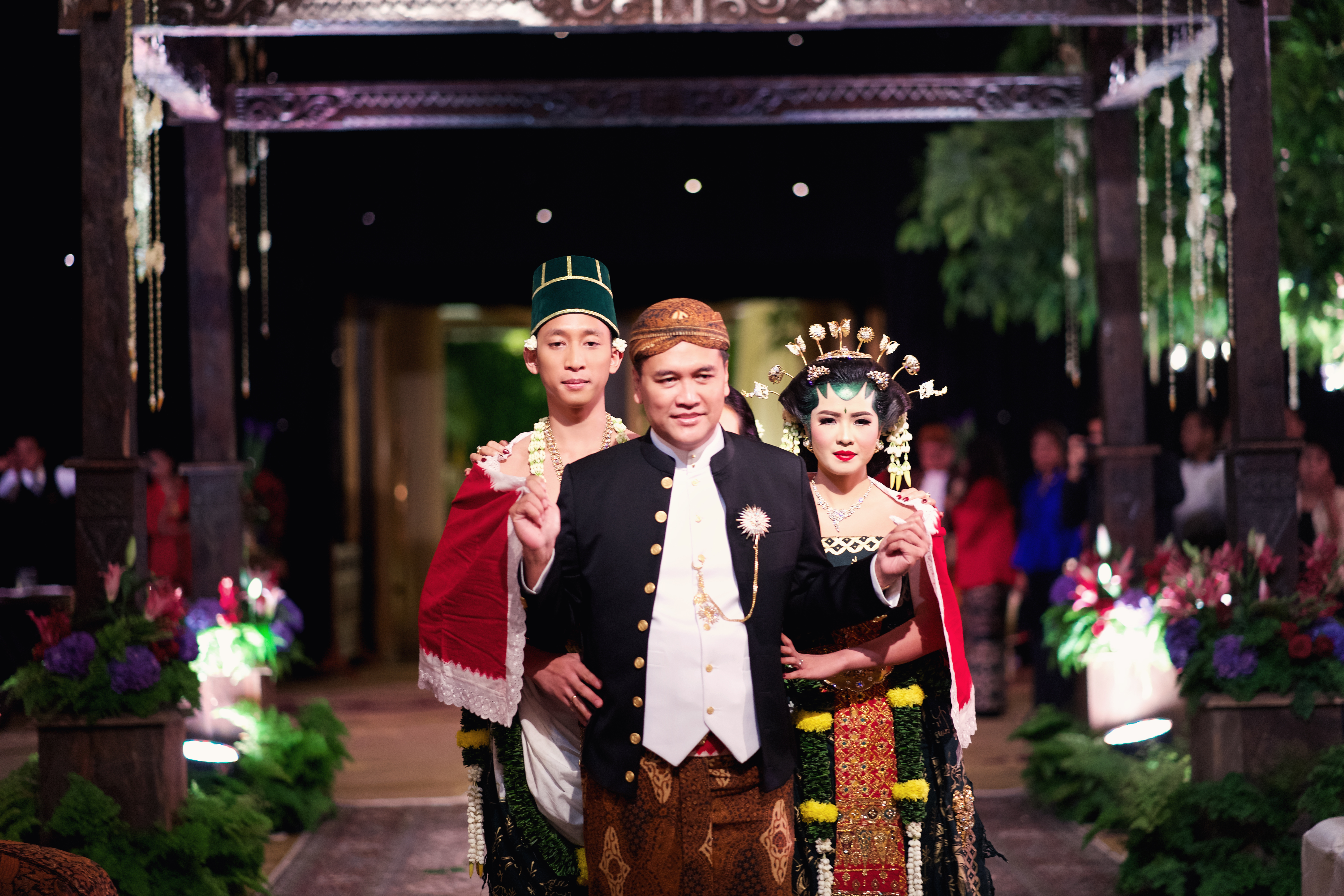A Guide to Traditional Javanese Wedding Processions and the Meanings Behind Every Ritual Image 16