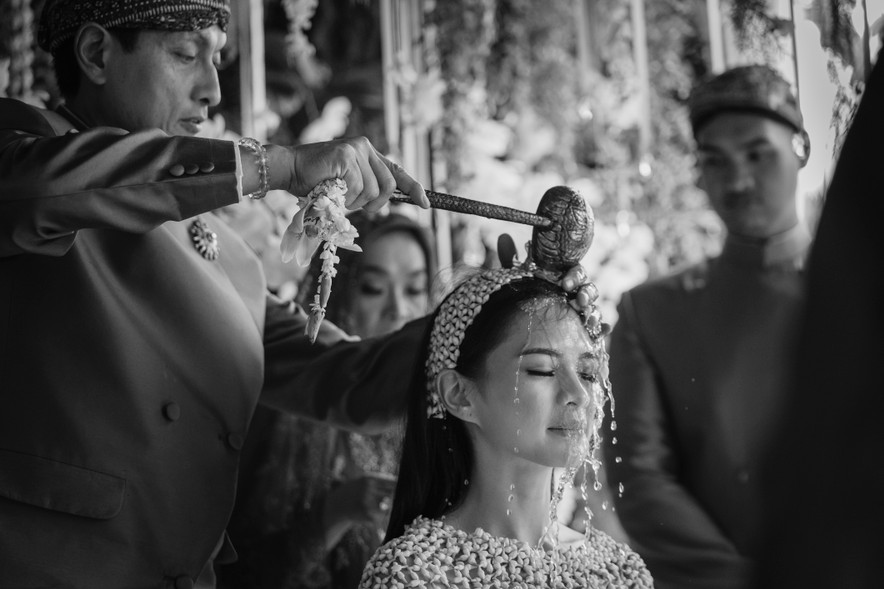 A Guide to Traditional Javanese Wedding Processions and the Meanings Behind Every Ritual Image 4
