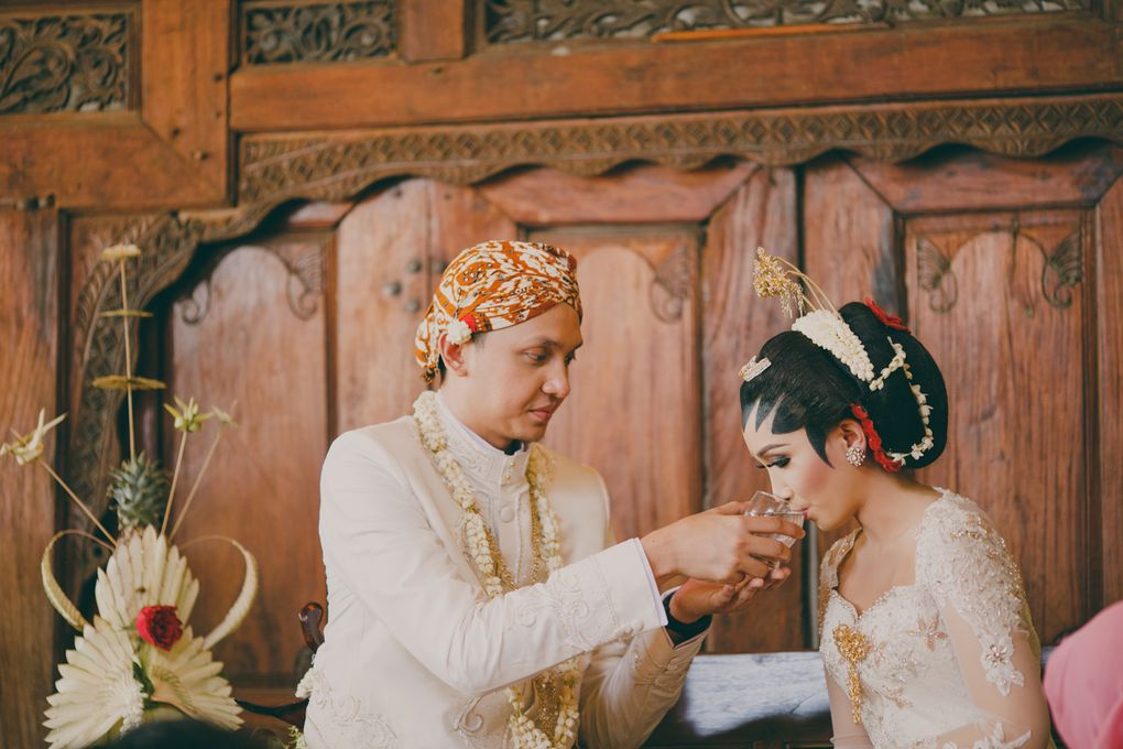A Guide to Traditional Javanese Wedding Processions and the Meanings Behind Every Ritual Image 18