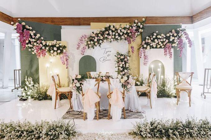 Tren Pernikahan 2021: Inspirasi Undangan Pernikahan, Dekorasi, dan Kue Pengantin Image 25