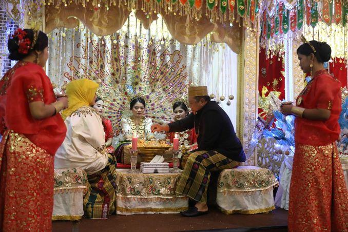 Ukiran Doa dan Harapan untuk Calon Pengantin di Malam Mappacci, Prosesi Pernikahan Adat Bugis Image 2