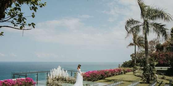 bride-on-glass-stage-BJA4y2gPP.jpg