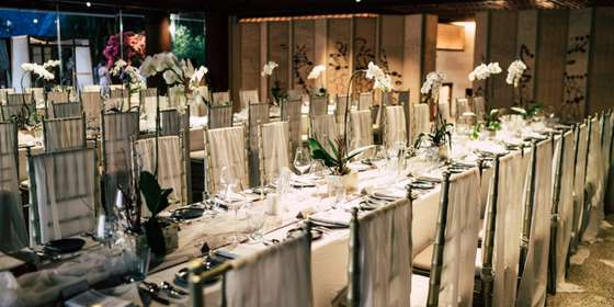 dinner-table-at-dining-pavilion-waiting-for-guests-being-seated-HyDU5jgwv.jpg