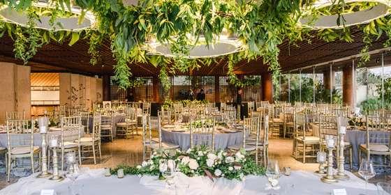 greenery-chandeliers-over-bridal-table-at-tirtha-uluwatu-BkP6urSvD.jpg