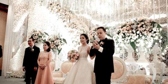 wedding-stage-rJwF8TAOv.jpg