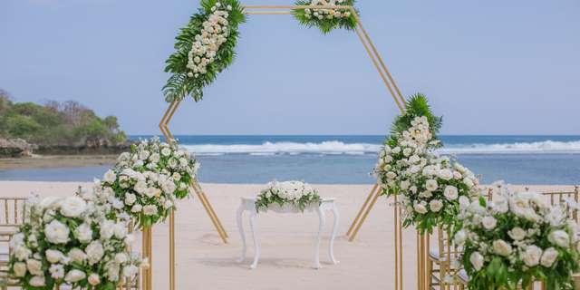 cy_dpscy_beach_wedding_set_up_b-5-rkrgV10nL.jpg