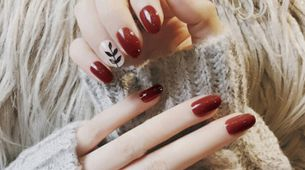 nail art - 24 pcs kuku palsu merah merona dan motif daun