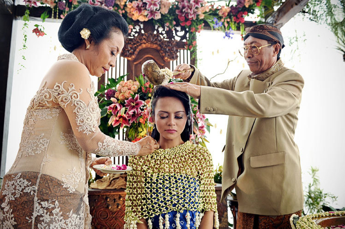 Guide to the traditional wedding procession: The Javanese Siraman Image 4