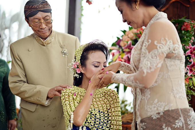 Guide to the traditional wedding procession: The Javanese Siraman Image 3