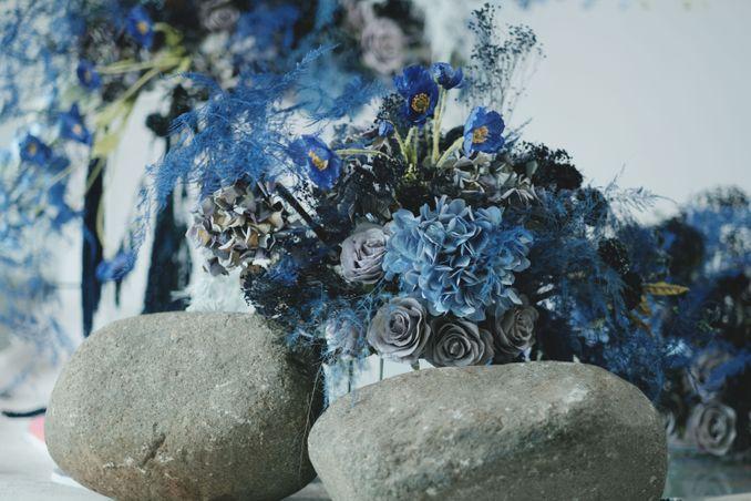 Tren Pernikahan 2020 Reflections Of The Sea: Dekorasi, Bunga, & Kue Pernikahan Image 2