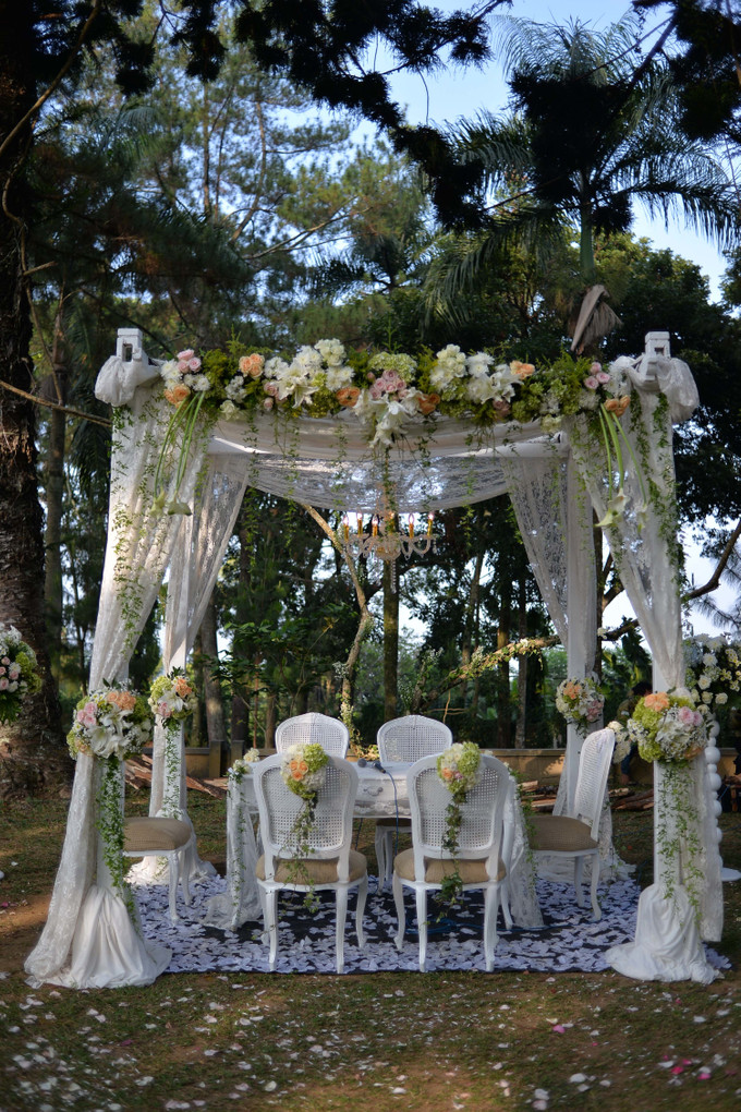 Sweet outdoor wedding with neutral colors in bogor bridestory blog add to board sweet outdoor wedding with neutral colors in bogor 004 junglespirit Images