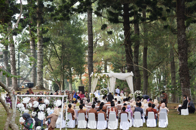 Sweet outdoor wedding with neutral colors in bogor bridestory blog add to board sweet outdoor wedding with neutral colors in bogor 011 junglespirit Images