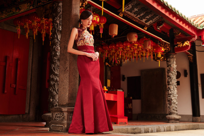 https://alexandra.bridestory.com/images/c_scale,dpr_1.0,f_auto,fl_progressive,pg_1,q_90,w_680/v1/blogs/akemi-HJyMSAOG7/embrace-culture-with-ethereals-kimono-cheongsam-collection-1.jpg