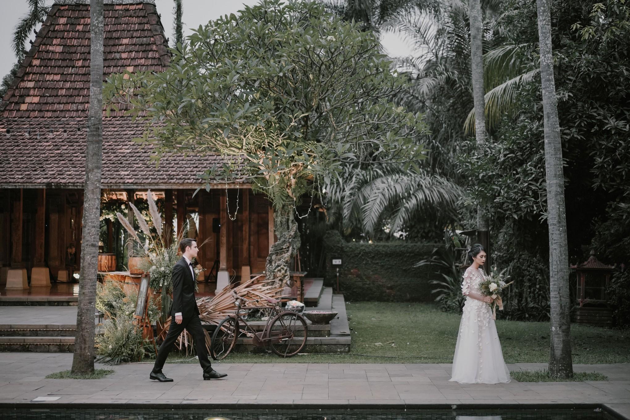 A Couple S Romantic And Charming Garden Wedding Bridestory Blog