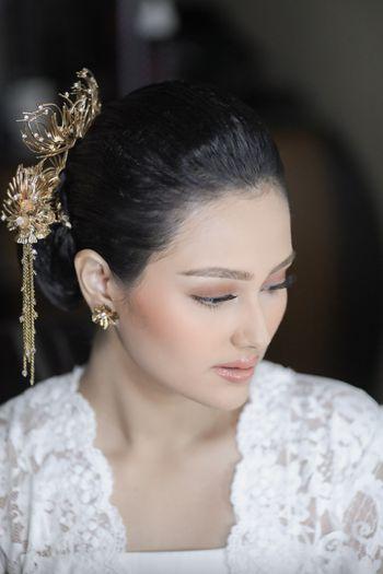 pernikahan-suci-nan-elegan-jesica-fitriana-berbalut-perpaduan-putih-dan-emas-1