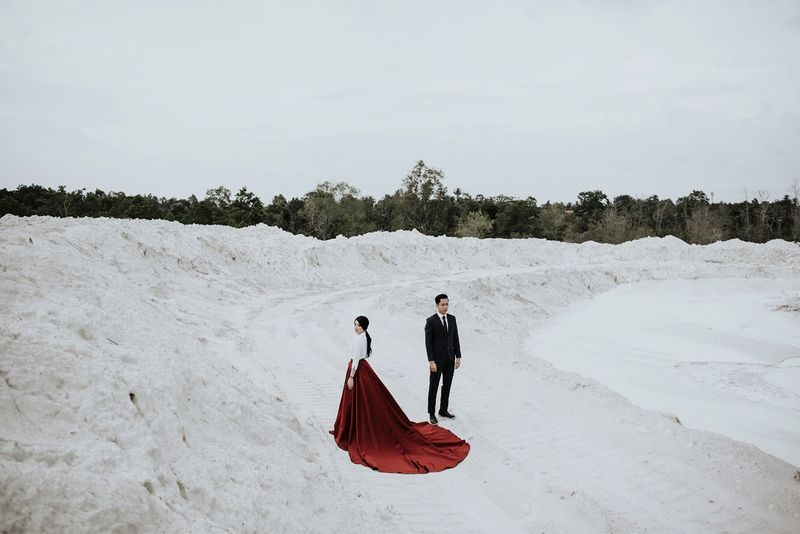 one-couples-loving-engagement-session-in-belitung-island-1