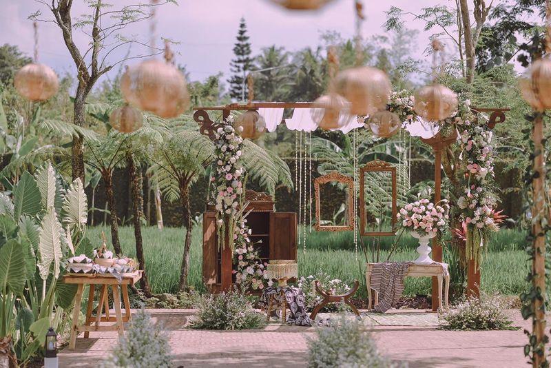 two-couples-traditional-market-inspired-wedding-festivities-in-yogyakarta-1