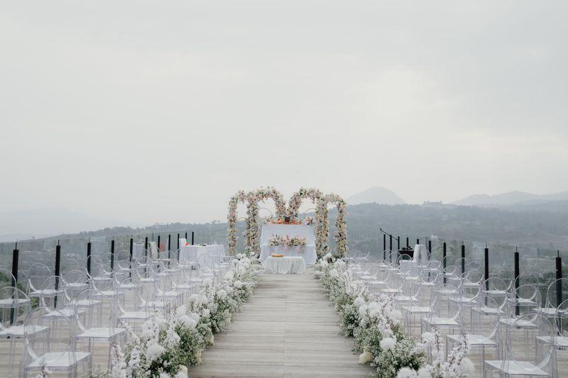 nuansa-klasik-dan-modern-berpadu-dalam-pernikahan-penuh-bunga-pastel-1