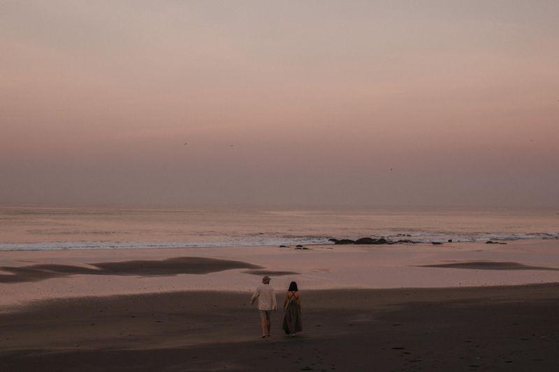 album-pre-wedding-kasual-dan-penuh-kehangatan-di-pantai-tampih-1