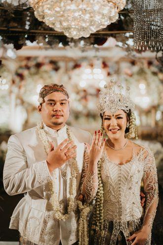 perpaduan-budaya-sunda-dengan-banjar-di-pernikahan-harumi-dan-fariz-43-Sy1tnszbO.jpg